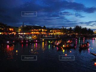 夜空に都市を持つ水域の写真・画像素材[2363629]