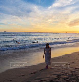 砂浜の上に立つ人の写真・画像素材[2377279]