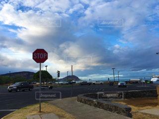 道路の脇に座っている赤い停止標識の写真・画像素材[2411440]