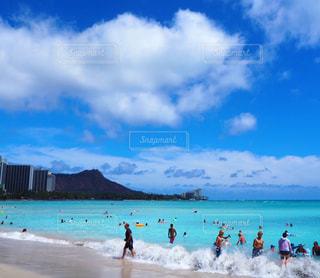 水域の近くのビーチで人々のグループの写真・画像素材[2411441]