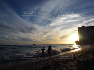 水域の近くのビーチで人々のグループの写真・画像素材[2411447]