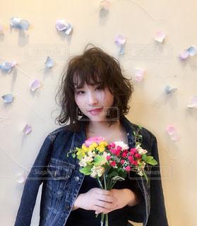 花を持っている人の写真・画像素材[2414983]