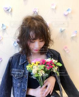 花の前に立っている人の写真・画像素材[2414985]