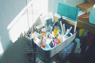 事務用品でいっぱいの箱の写真・画像素材[2291857]