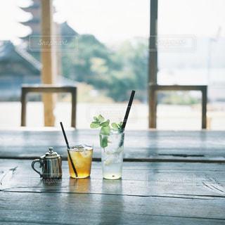 テーブルの上の水のコップの写真・画像素材[2292361]