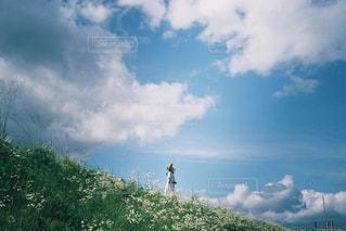 女性,20代,自然,空,夏,屋外,ワンピース,雲,青空,青,レトロ,フィルム,自然光,フィルム写真,フィルムフォト