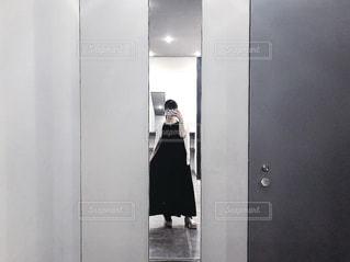 女性,ファッション,黒,人物,壁,人,立つ,コーディネート,ミラー,コーデ,ブラック,黒コーデ