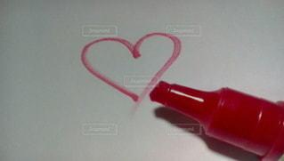 赤,絵,ハート型,ハート,ペン,ハートマーク,シンプル,赤色,文房具,落書き,白背景,赤い,紙,描く,マーク,マジック,らくがき,画材,赤ペン,ハート形,マーカー,簡素,マジックペン,カラーマーカー,赤いペン