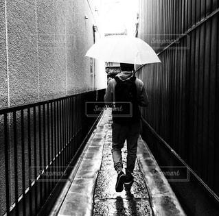 細道に傘での写真・画像素材[2222820]