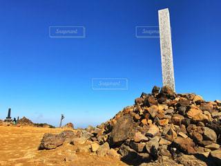 蔵王連峰頂上にそびえ立つ石碑。の写真・画像素材[2260517]