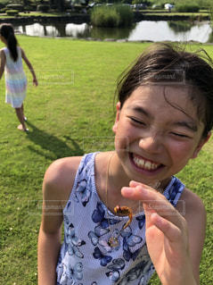 草を食べている小さな女の子の写真・画像素材[2334272]