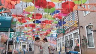 風景,カップル,傘,屋外,カラフル,レインボー,鮮やか,人物,人,デート,通り,カラー