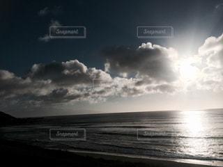 浜辺の空に雲の写真・画像素材[2230740]