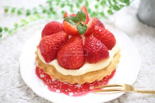 皿の上のケーキの写真・画像素材[3197312]