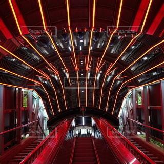 赤の自動階段の写真・画像素材[2369905]