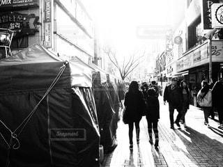 通りを歩く人々の写真・画像素材[2912564]