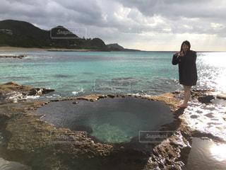 女性,海,屋外,水たまり,ハート,岩,旅行,奄美,奄美大島,思い出,マーク,伝説,ハート岩