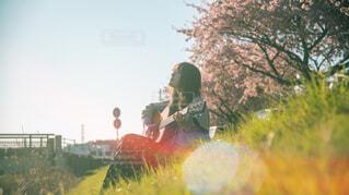 ギターを弾く女の子の写真・画像素材[4319237]