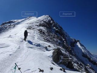 八ヶ岳、山頂までの雪道を慎重に進むの写真・画像素材[2259544]