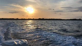 水の体の上の夕日の写真・画像素材[2261579]