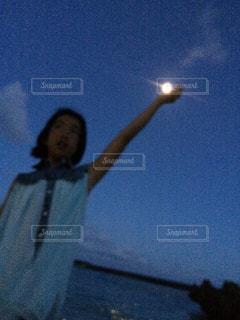 月と少女の写真・画像素材[2235656]