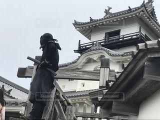 建物の前に立っている人の写真・画像素材[2272263]