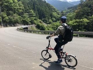 道路で自転車に乗っている男の写真・画像素材[2285868]