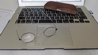 ノートパソコンと眼鏡の写真・画像素材[2428161]