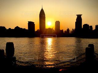空,建物,太陽,夕暮れ,水面,光,タワー,都会,高層ビル,日の出