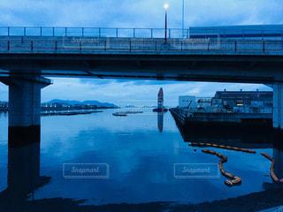 水域を渡る橋を渡る車の写真・画像素材[2233836]