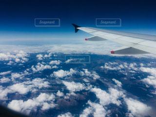 空を飛ぶ飛行機の写真・画像素材[2233890]