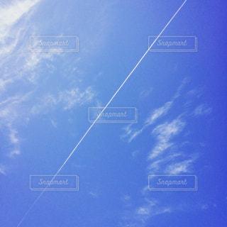 青空で凧を飛ばす人の写真・画像素材[2234145]