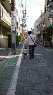 街の通りを歩いている男の写真・画像素材[2231772]