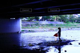 水の中のサーフボードに波に乗っている男の写真・画像素材[2232390]