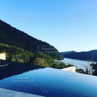 山を背景にした水域の写真・画像素材[2269306]