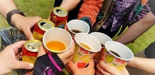 友だち,5人以上,屋外,グラス,ビール,カップ,乾杯,ドリンク,BBQ,飲む