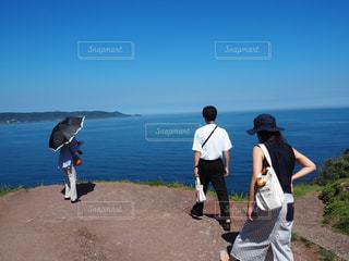 水域の隣に立つ人々のグループの写真・画像素材[2260201]