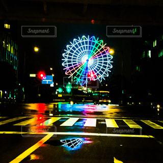 雨の中の観覧車の写真・画像素材[2240912]