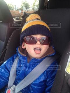 子ども,ファッション,アクセサリー,サングラス,帽子,車内,眼鏡,人物,人,ニット帽,幼児,少年,男の子,座席,メガネ