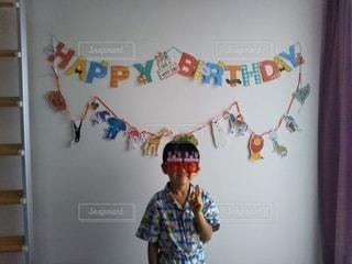 子ども,ファッション,アクセサリー,屋内,サングラス,眼鏡,人物,壁,人,誕生日,お祝い,少年,男の子,ハッピーバースデイ,メガネ