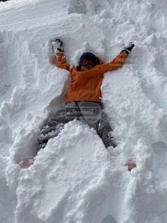 雪の山の上に波に乗っている男の写真・画像素材[4127679]