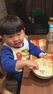 子ども,食べ物,食事,屋内,かわいい,テーブル,人物,人,赤ちゃん,幼児,晩ごはん,少年,男の子,誕生日ケーキ,おねだり,ファストフード,人間の顔,おかわり下さい