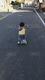 子ども,風景,屋外,後ろ姿,道路,人物,道,人,幼児,少年,男の子,通り,履物,キックボード
