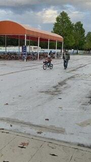空,自転車,屋外,子供,幼児,男の子,車両,陸上車両,自転車ヘルメット