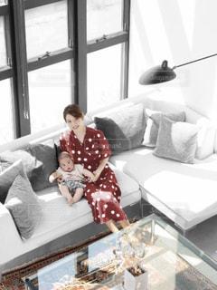 ベッドに座っている人の写真・画像素材[2380125]