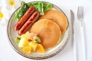 食べ物,スイーツ,おうちごはん,パンケーキ,食事,食卓,朝食,ランチ,オレンジ,フォーク,ナイフ,テーブル,フルーツ,果物,野菜,皿,カトラリー,サラダ,昼食,くだもの,ごはん,キウイ,朝,昼,レタス,パイナップル,ホットケーキ,シロップ,料理,朝ごはん,ハワイ,蜂蜜,おいしい,グレープフルーツ,おうちカフェ,ソーセージ,お皿,カフェ風,ハワイアン,ブランチ,プレート,お昼ごはん,プルメリア,食材,はちみつ,レシピ,昼ごはん,パイン,日中,午前中,お家ごはん,ハチミツ,午前,ホテル風,ジョンソンヴィル