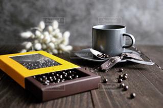 テーブルの上でチョコレートミルクを一杯の写真・画像素材[2903493]