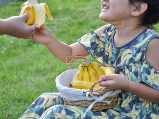 食べ物,屋外,草,果物,人,食べる,幼児,バナナ