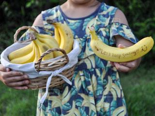 食べ物,屋外,ワンピース,手,女の子,果物,人,バナナ