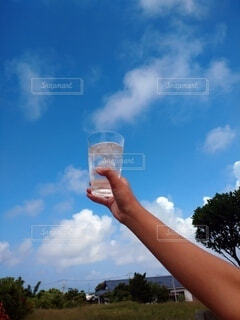 空,屋外,雲,水,手持ち,コップ,人物,グラス,ポートレート,ライフスタイル,手元,日中,氷水,緑葉